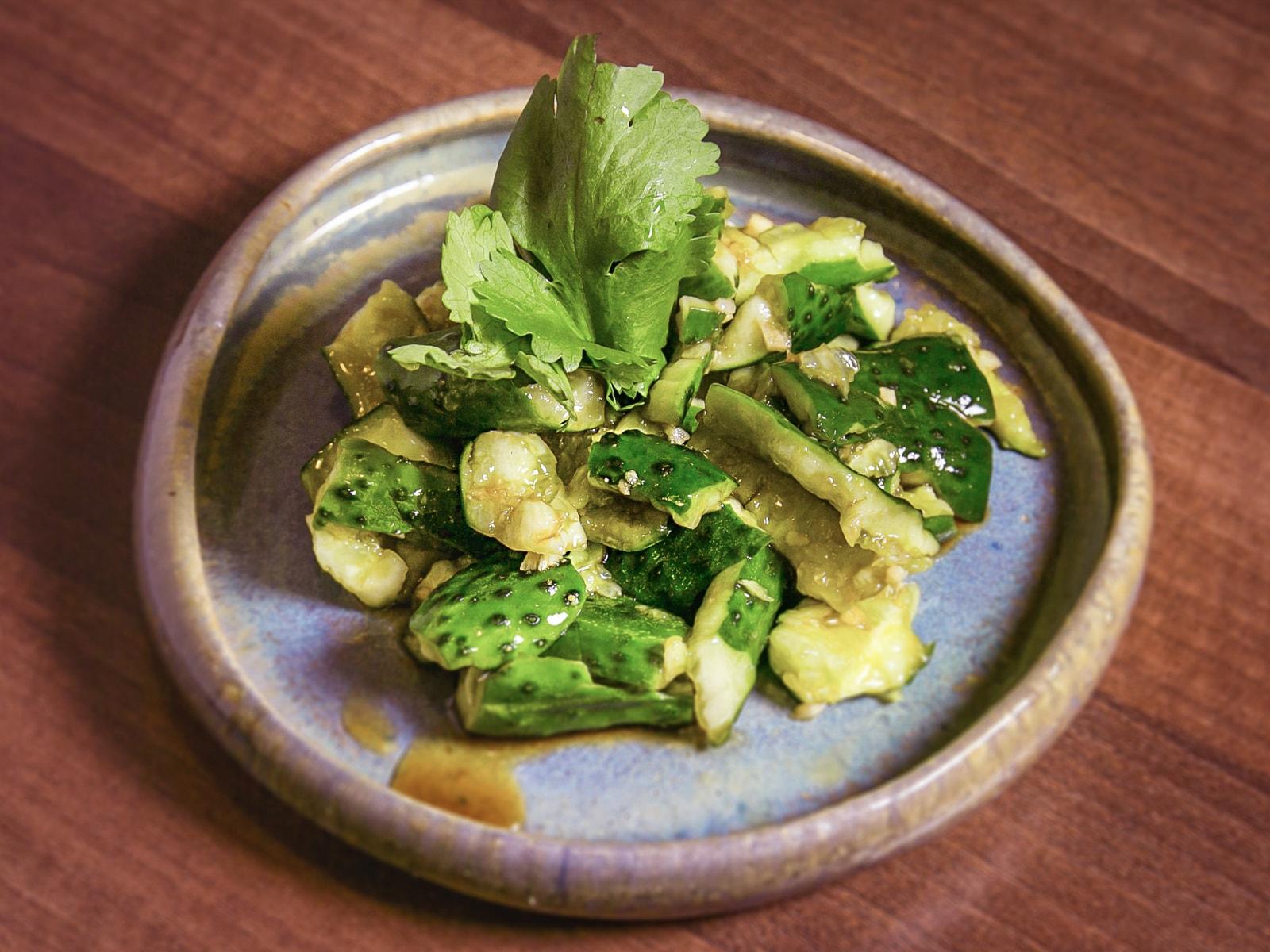 Салат Битые огурцы с арахисом