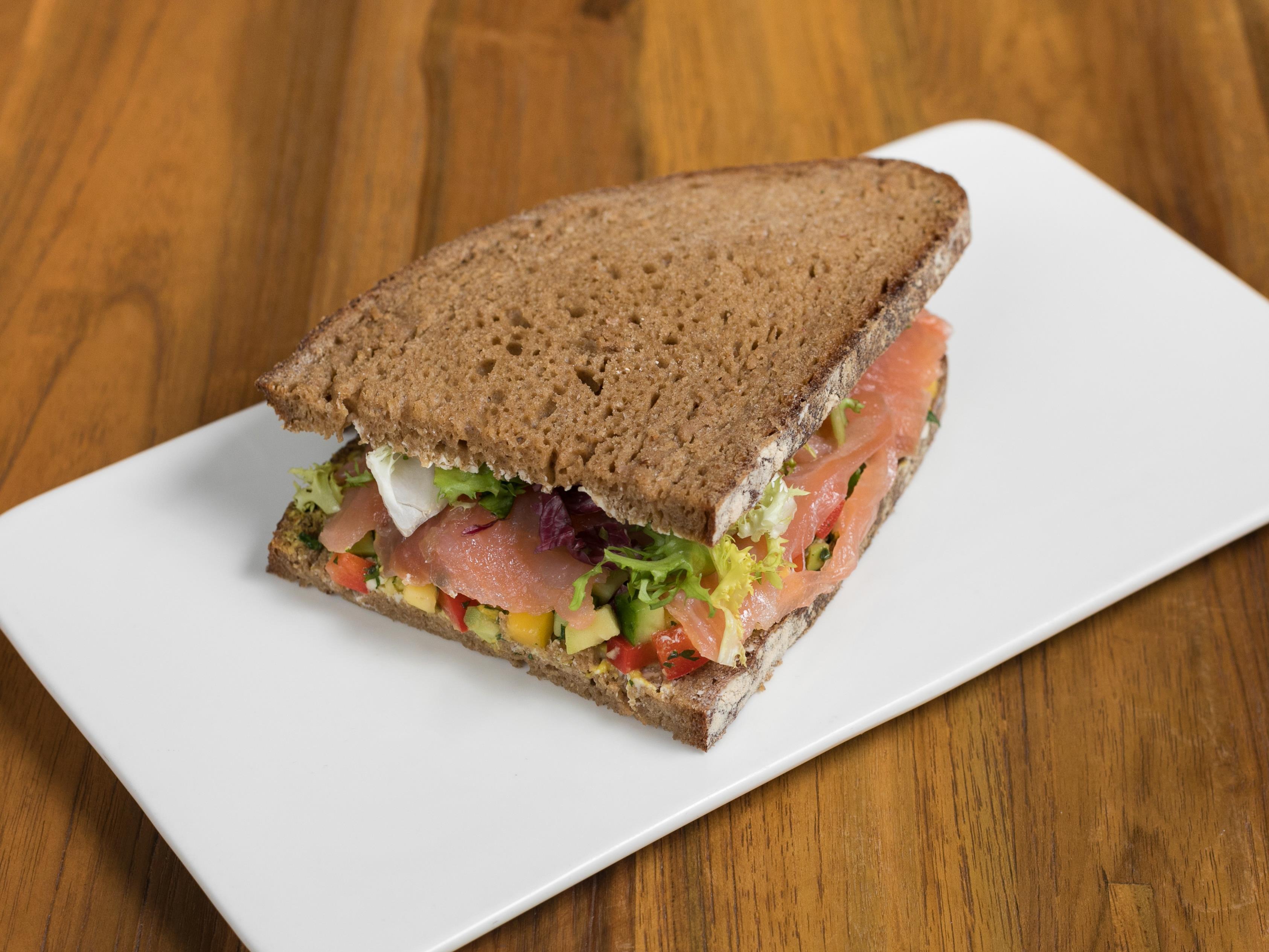 Сэндвич с лососем тартар