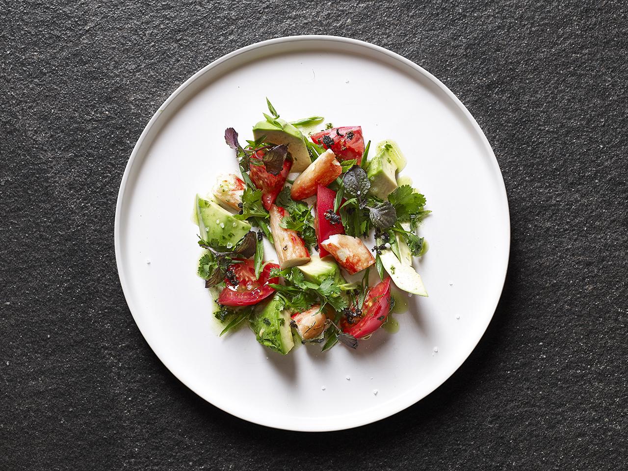 Салат с мясом краба, авокадо и томатами