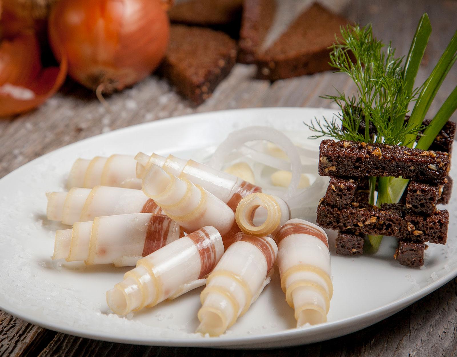 Сало соленое с чесночными гренками
