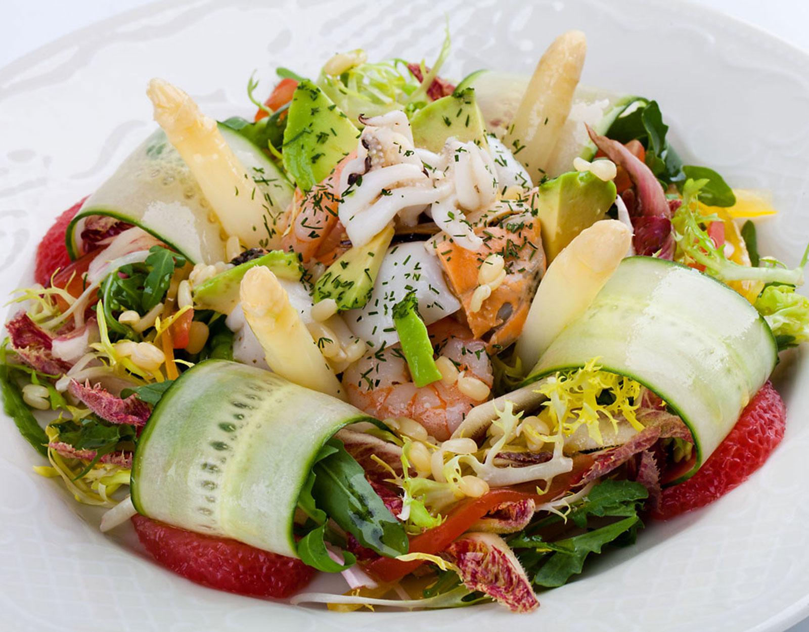 Морскiя жители, пополненныя разными овощами, горкою на зеленой пасте