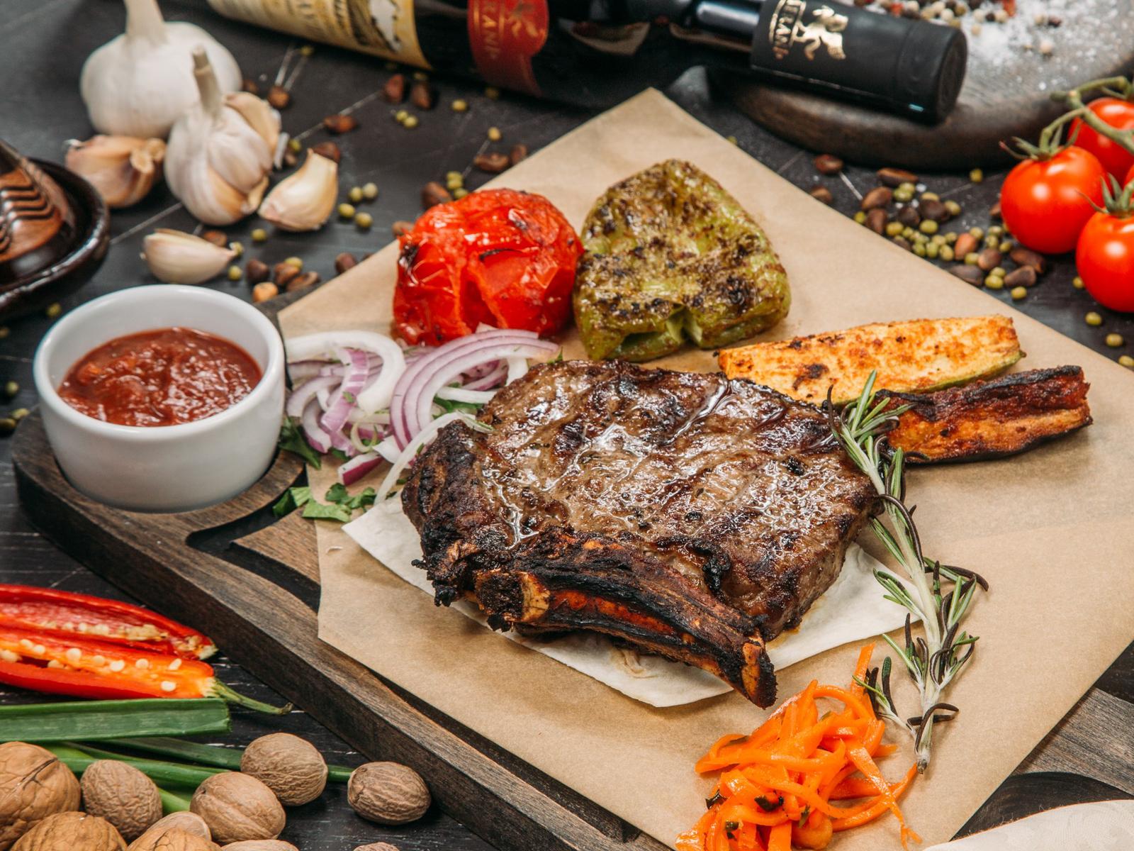 Барбекю из телятины на косточке с овощами, запеченными на гриле