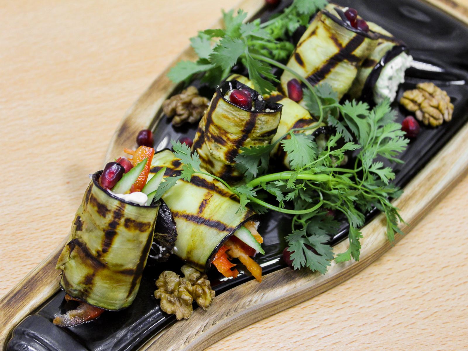 Ассорти рулетов из баклажанов с сыром и орехами