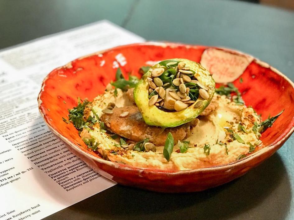 Котлеты из батата с хумусом и авокадо