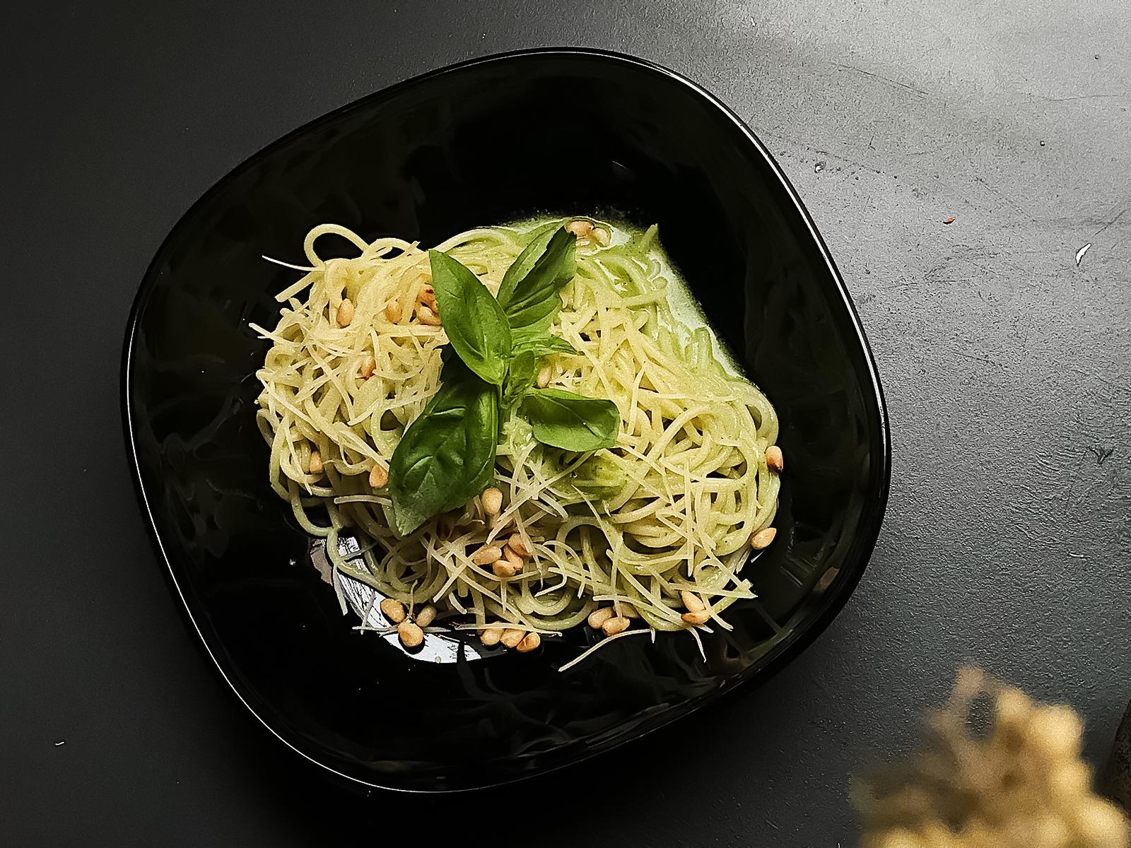 Спагетти с песто и кедровыми орешками