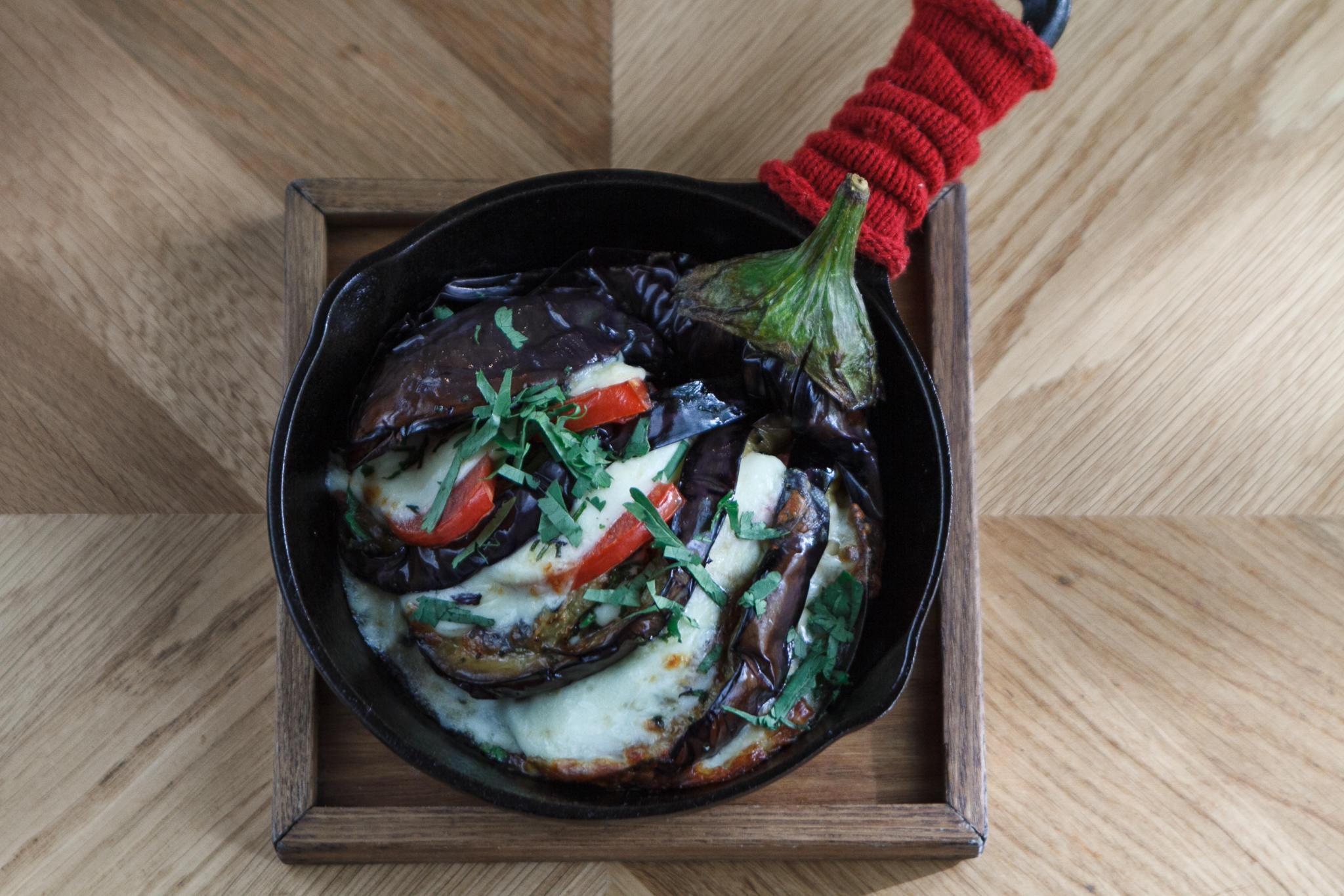 Баклажан с помидором и кинзой под сырной корочкой