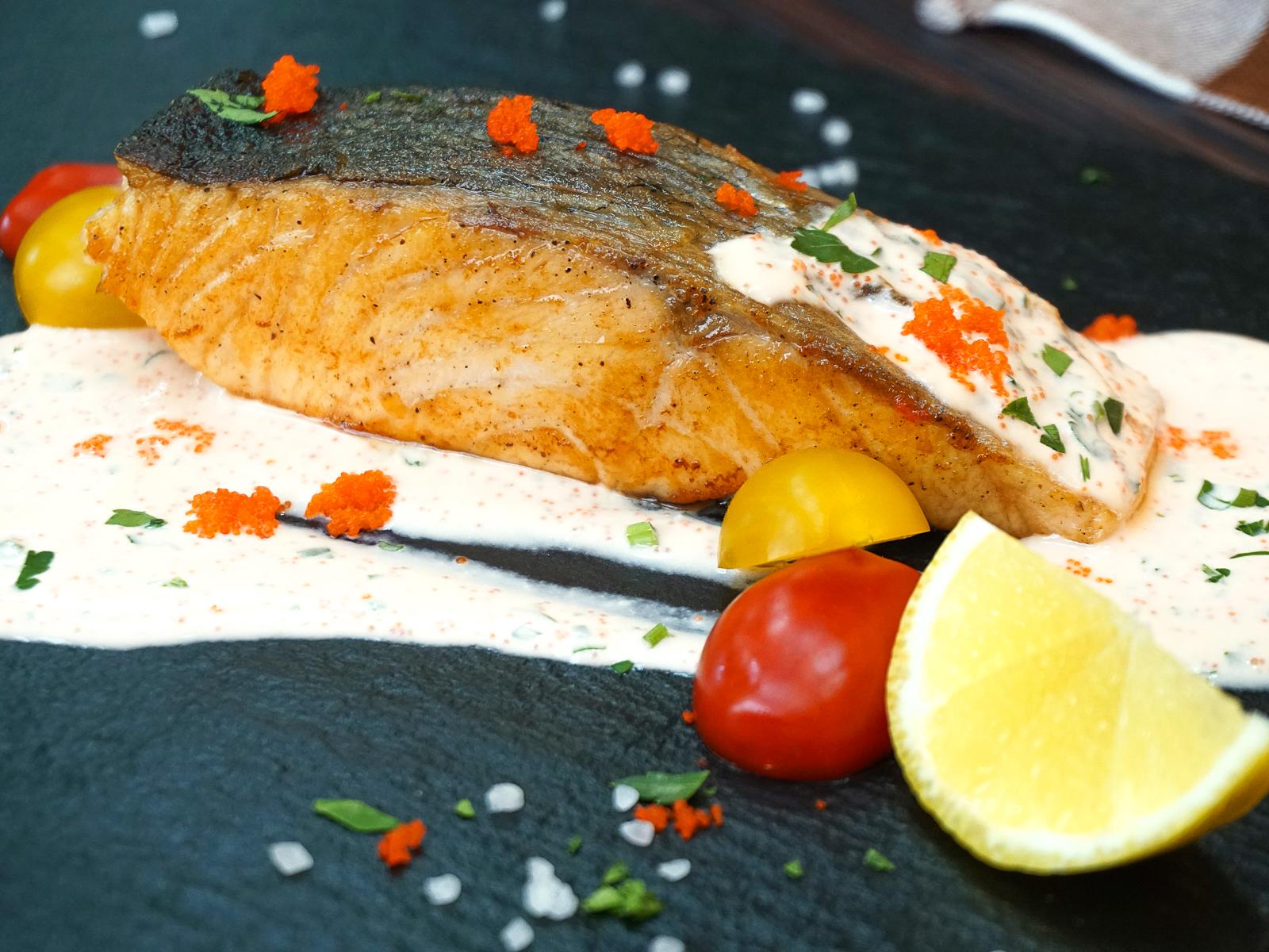 Стейк из лосося с икорным соусом