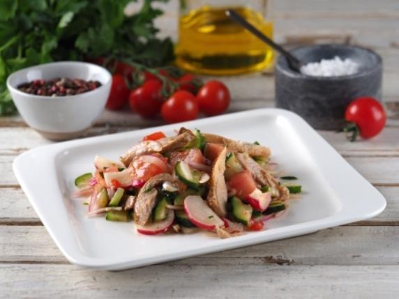 Салат из курицы с соусом чили