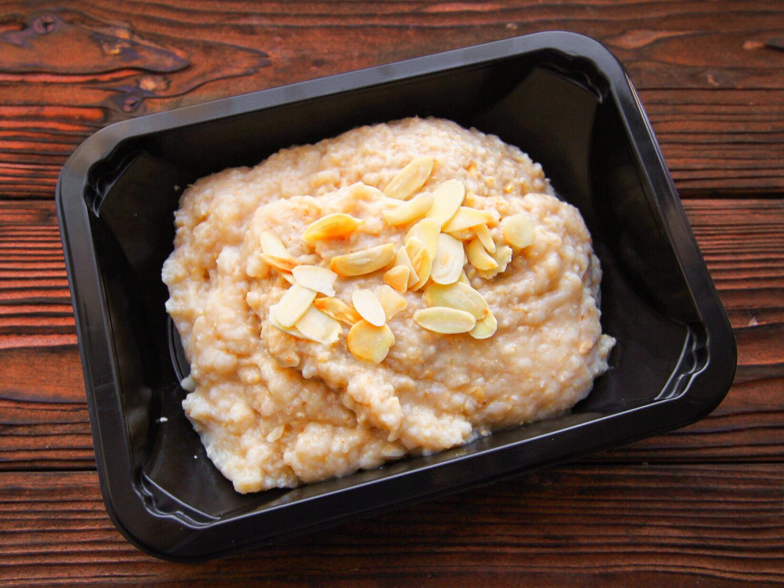 Каша овсяная на воде с арахисовой пастой и миндалем