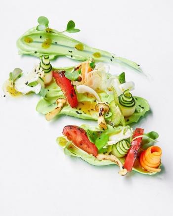 Овощной салат с пюре из авокадо