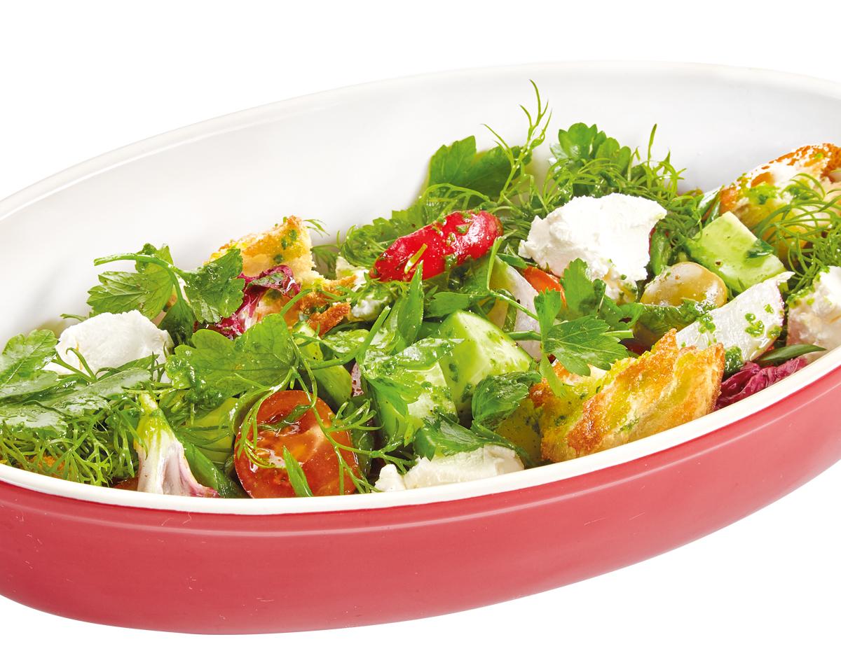 Салат с сезонными овощами и сливочным сыром