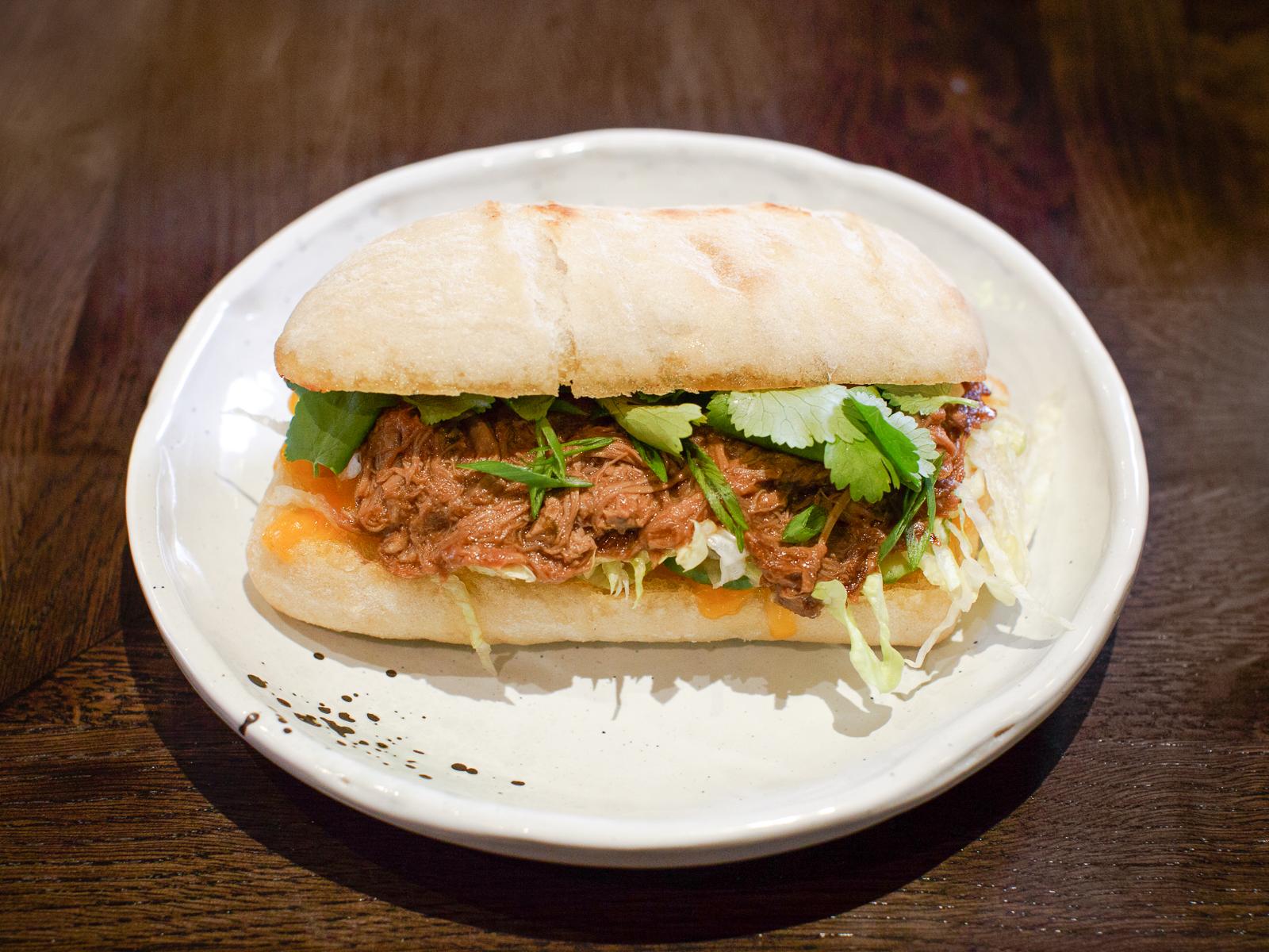 Сэндвич с уткой в сливовом барбекю