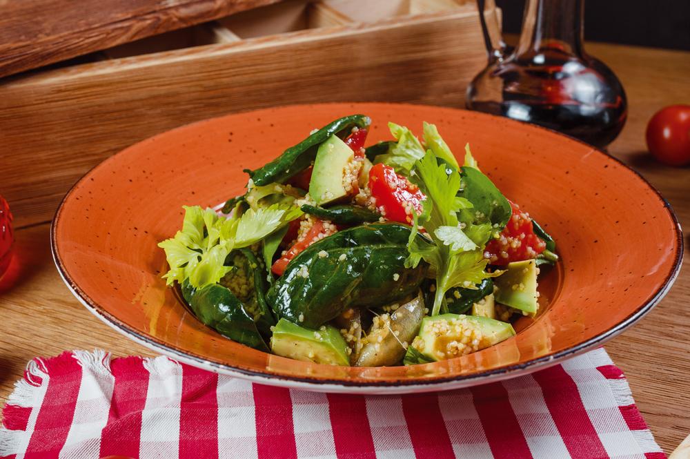 Салат с авокадо кус-кус и томатами