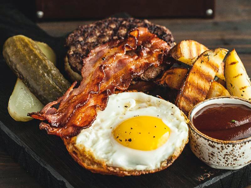 Бифштекс с беконом и яйцом