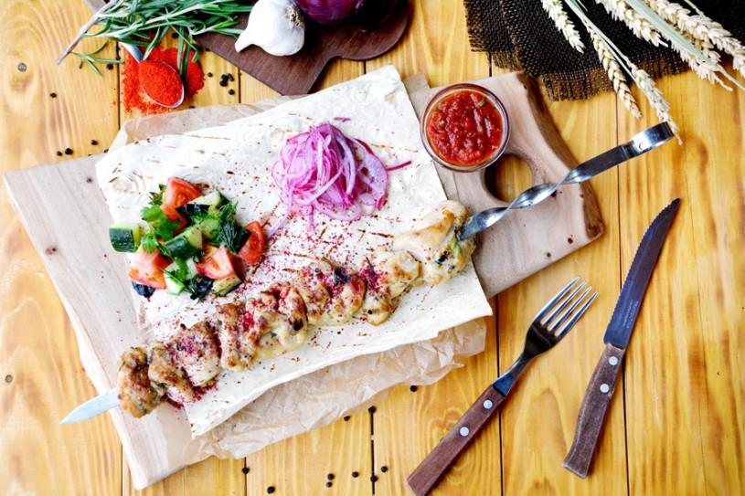 Шашлык изкуриного бедра с салатом из свежих овощей и маринованным луком