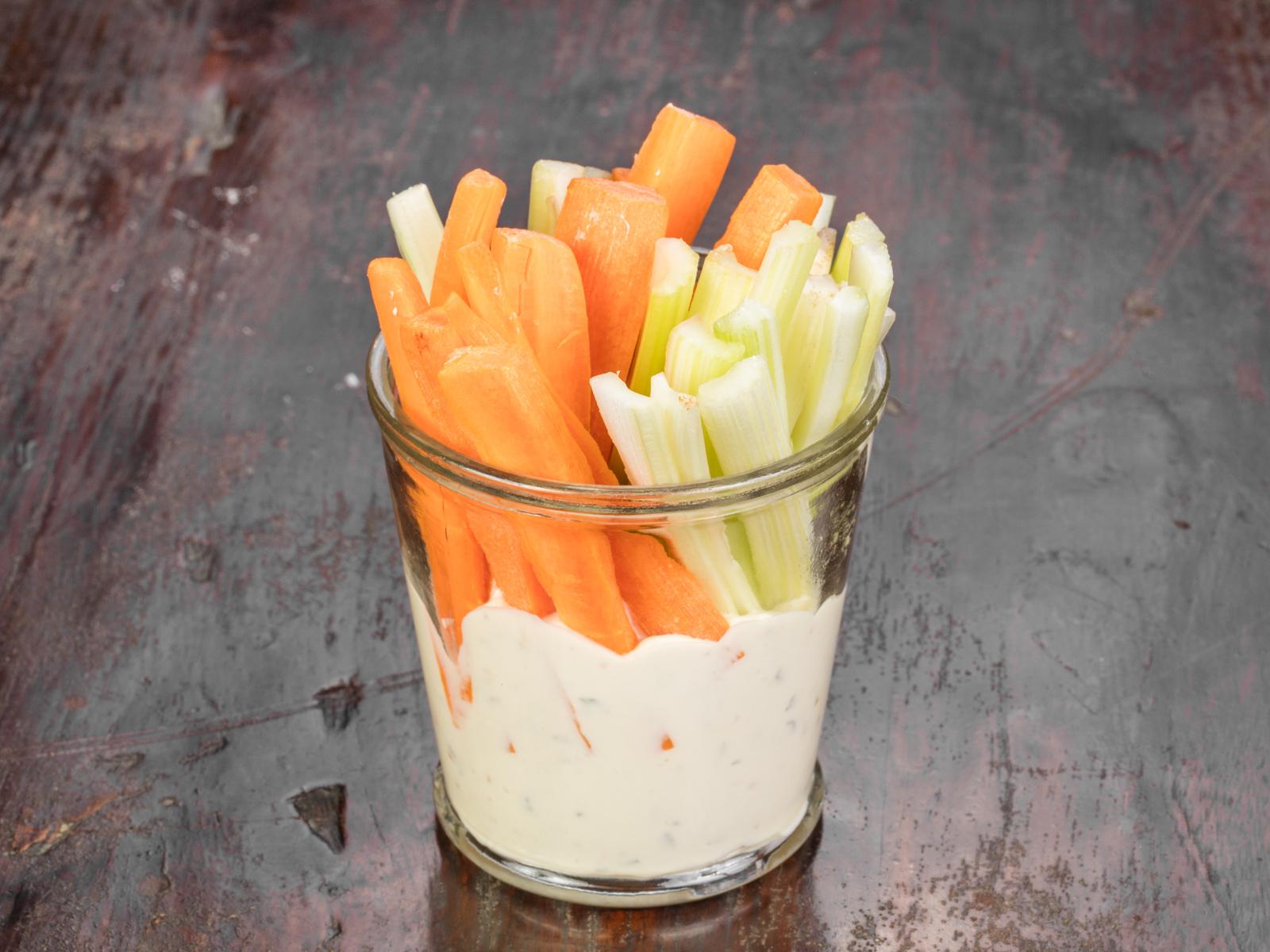 Морковь и сельдерей с соусом блю чиз