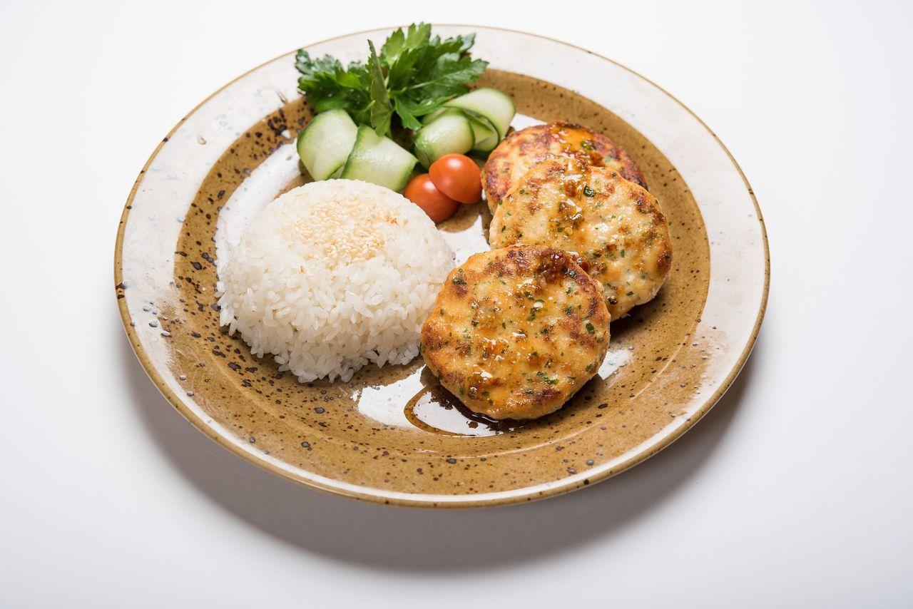 Фишкейки из лосося и морской рыбы с паровым рисом