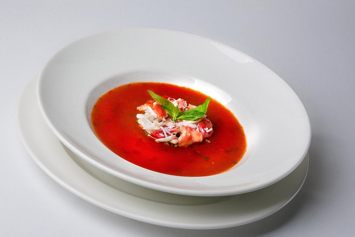 Томатный суп с крабом и авокадо
