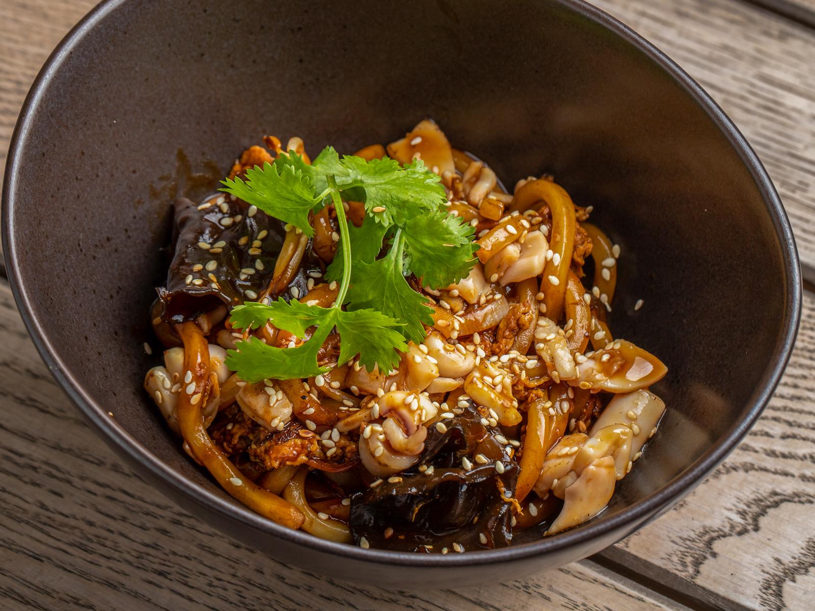 Вок с кальмаром, грибами муэр в перечном соусе