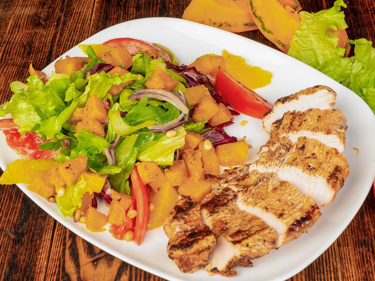 Стейк из филе индейки с теплым салатом