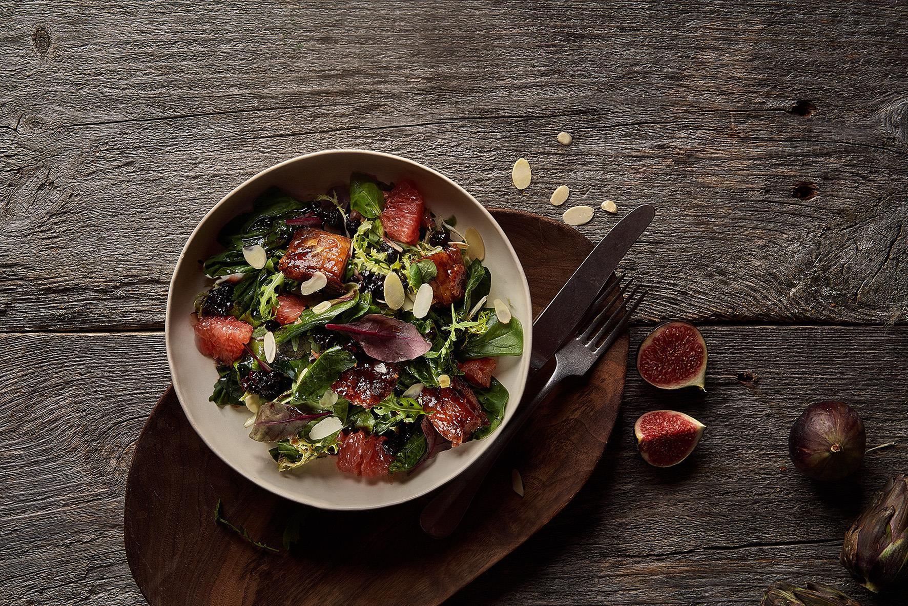Салат с уткой и брусникой