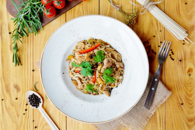 Удон с куриным бедром и овощами в соусе терияки