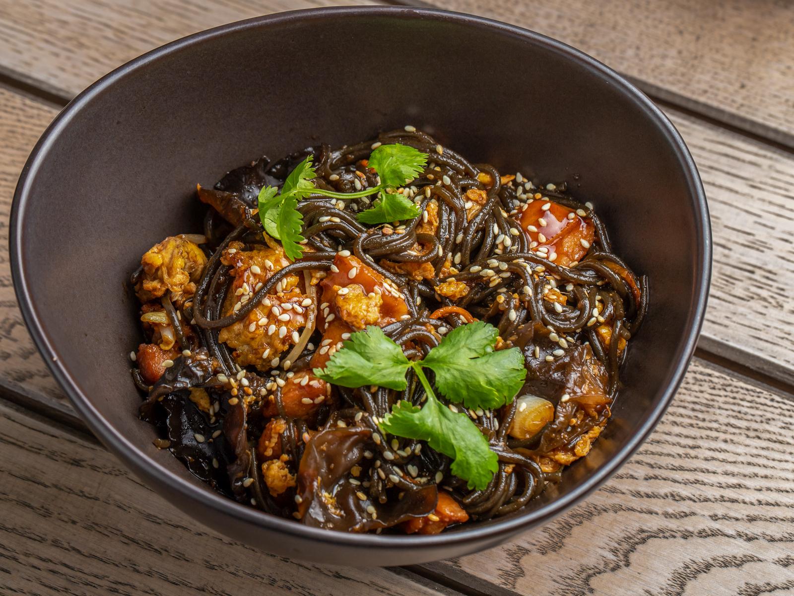 Вок Чоу-Фань с курицей, древесными грибами и кунжутным маслом