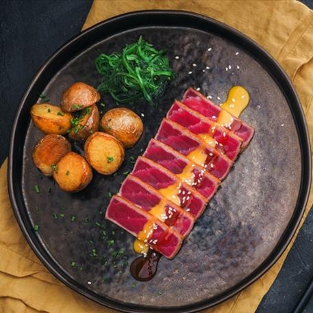 Татаки из тунца в китайском соусе с картофелем