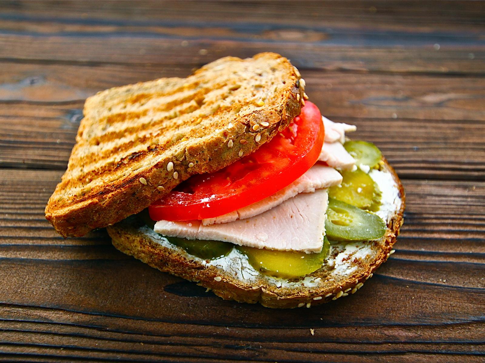 Сэндвич на цельнозерновом хлебе с индейкой