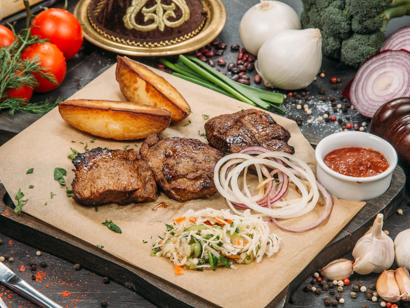 Шашлык из вырезки телятины с картофелем по-деревенски