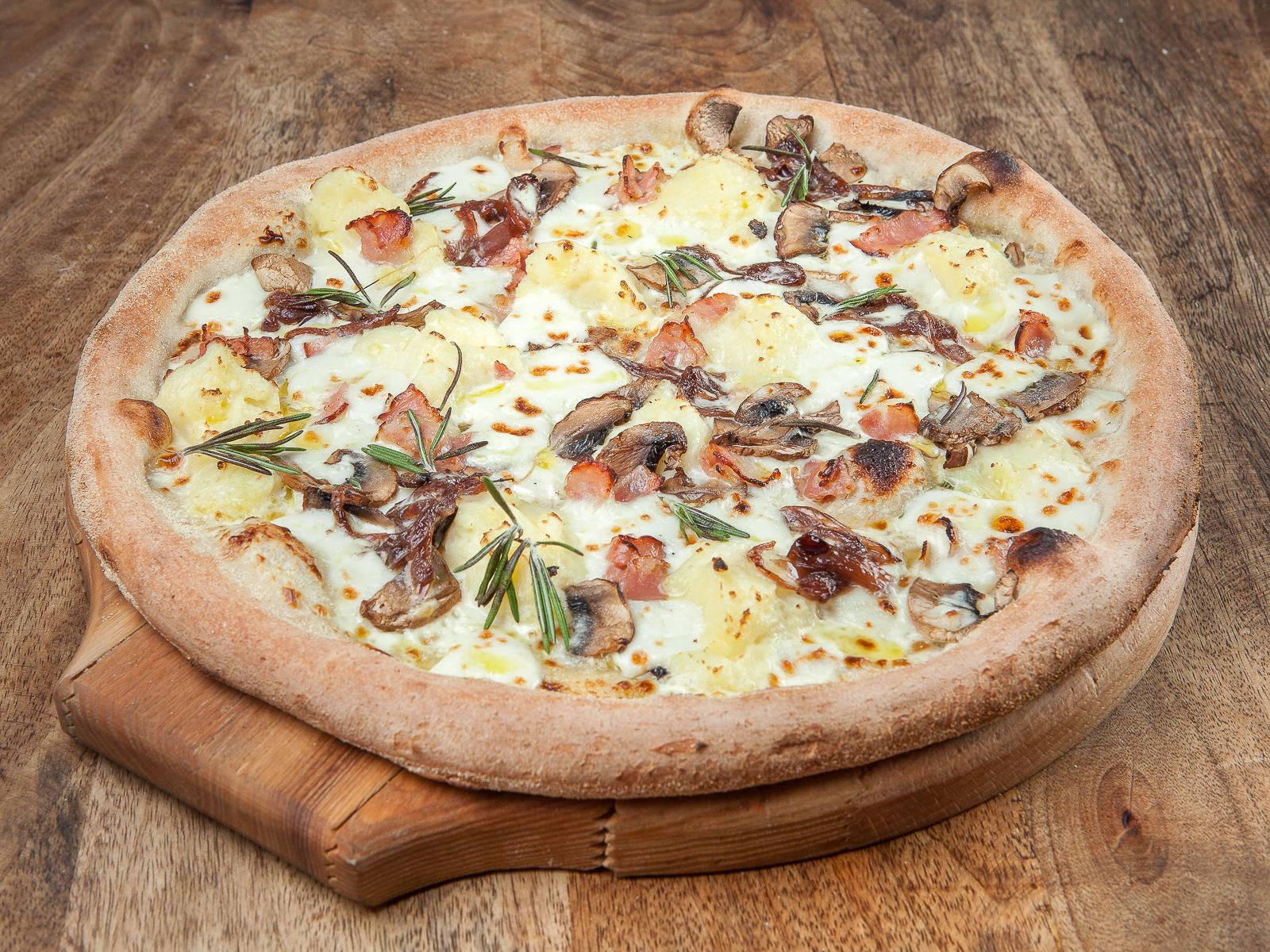 Фирменная пицца il pizzaiolo с картофелем и хрустящим беконом