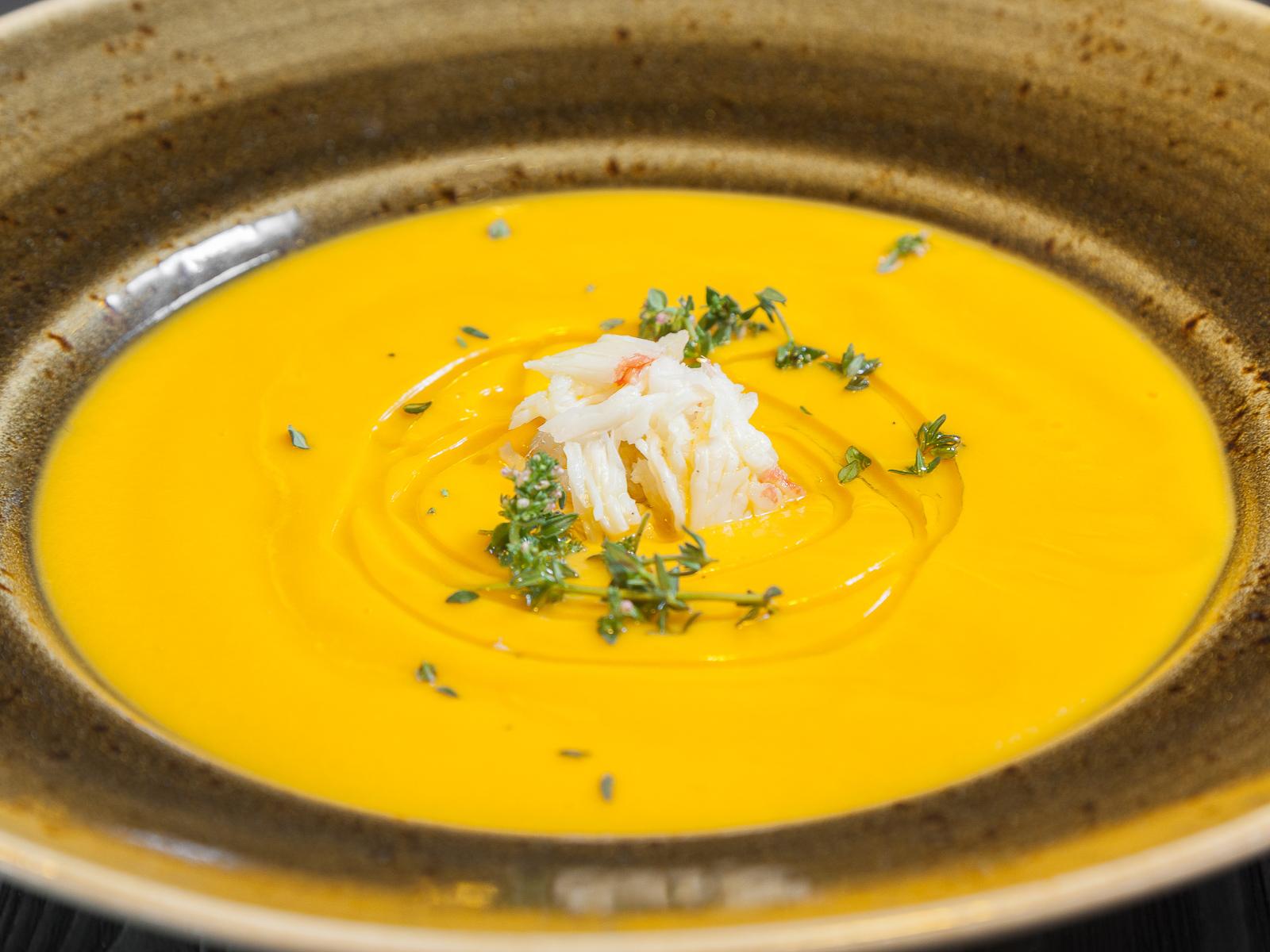 Тыквенный суп с крабом и майораном