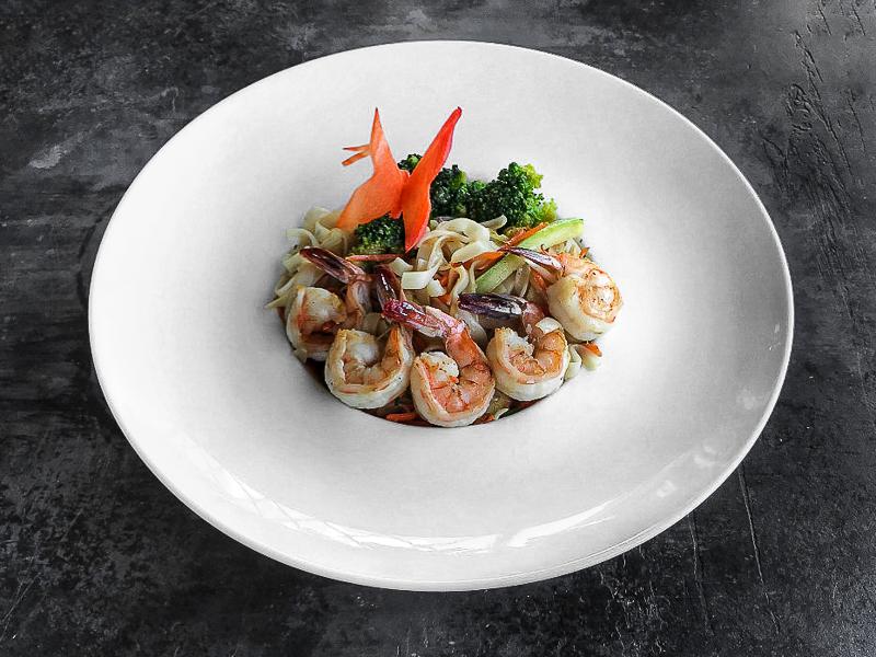 Рисовая лапша с креветками в имбирном соусе