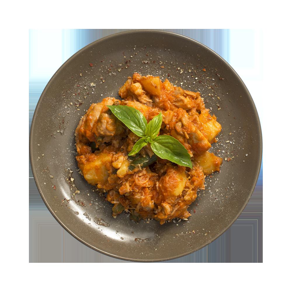Мясо цыпленка тушеное в соусе с овощами