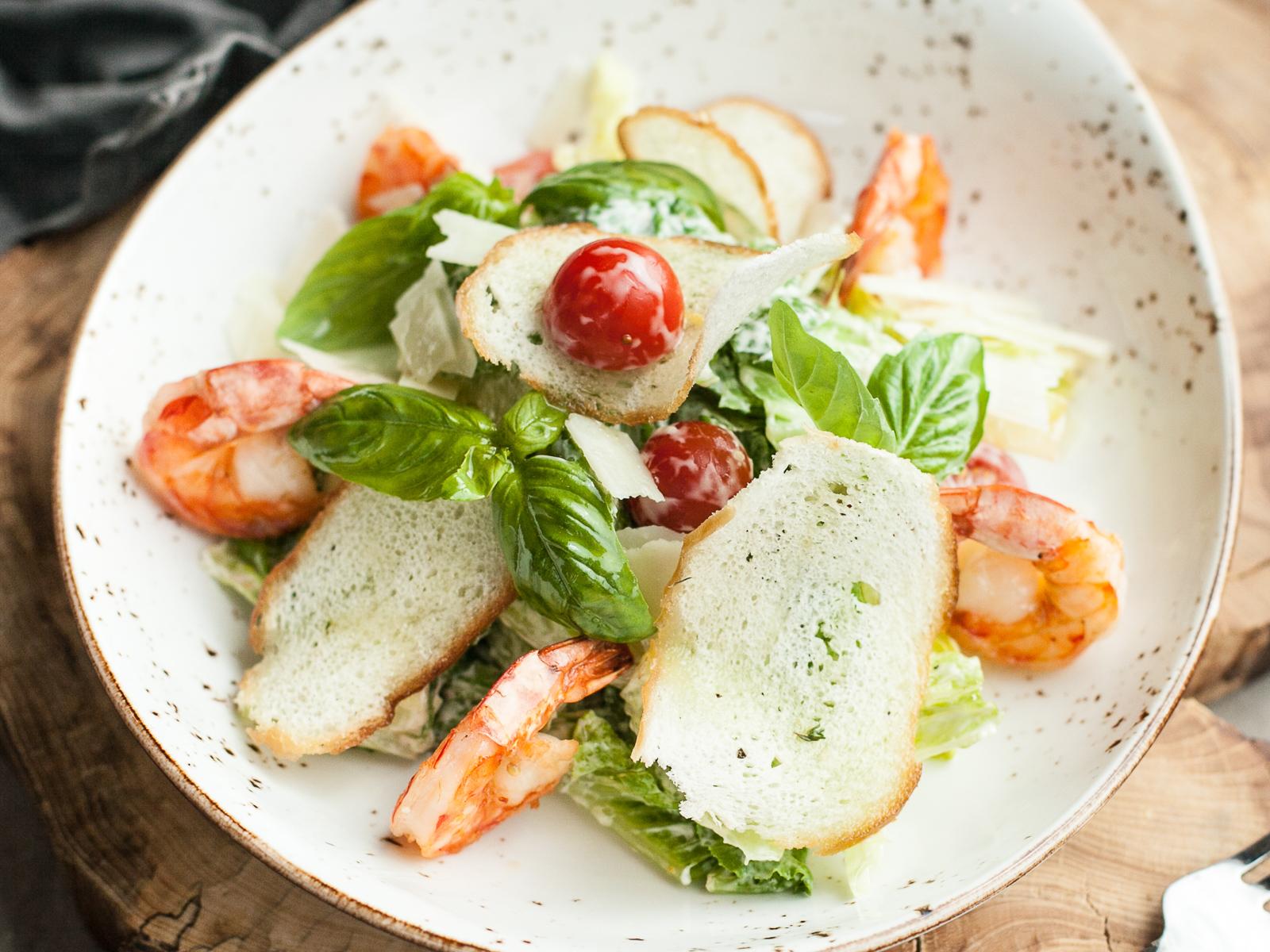 Классический салат Цазарь с креветками