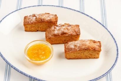 Морковно-яблочный кекс с апельсиновым соусом