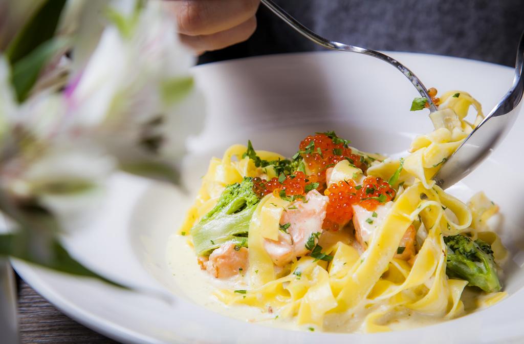 Феттучини с лососем и брокколи