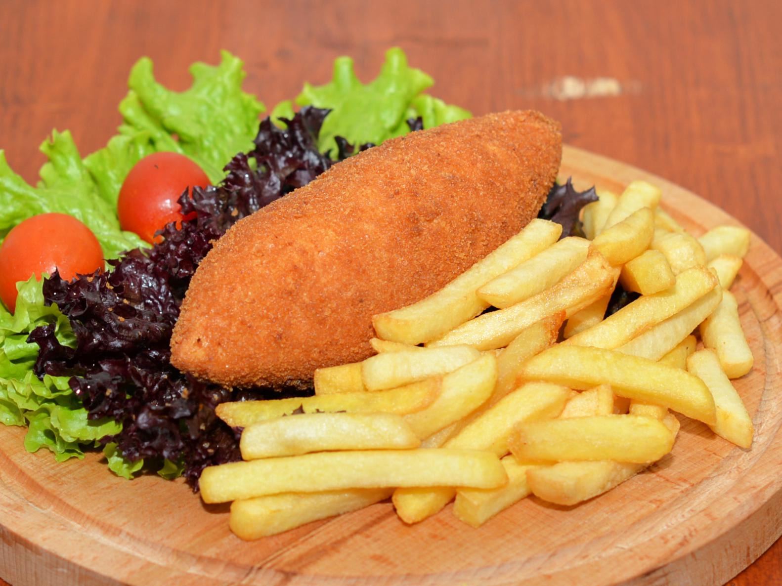 Котлета по-киевски с картофелем фри