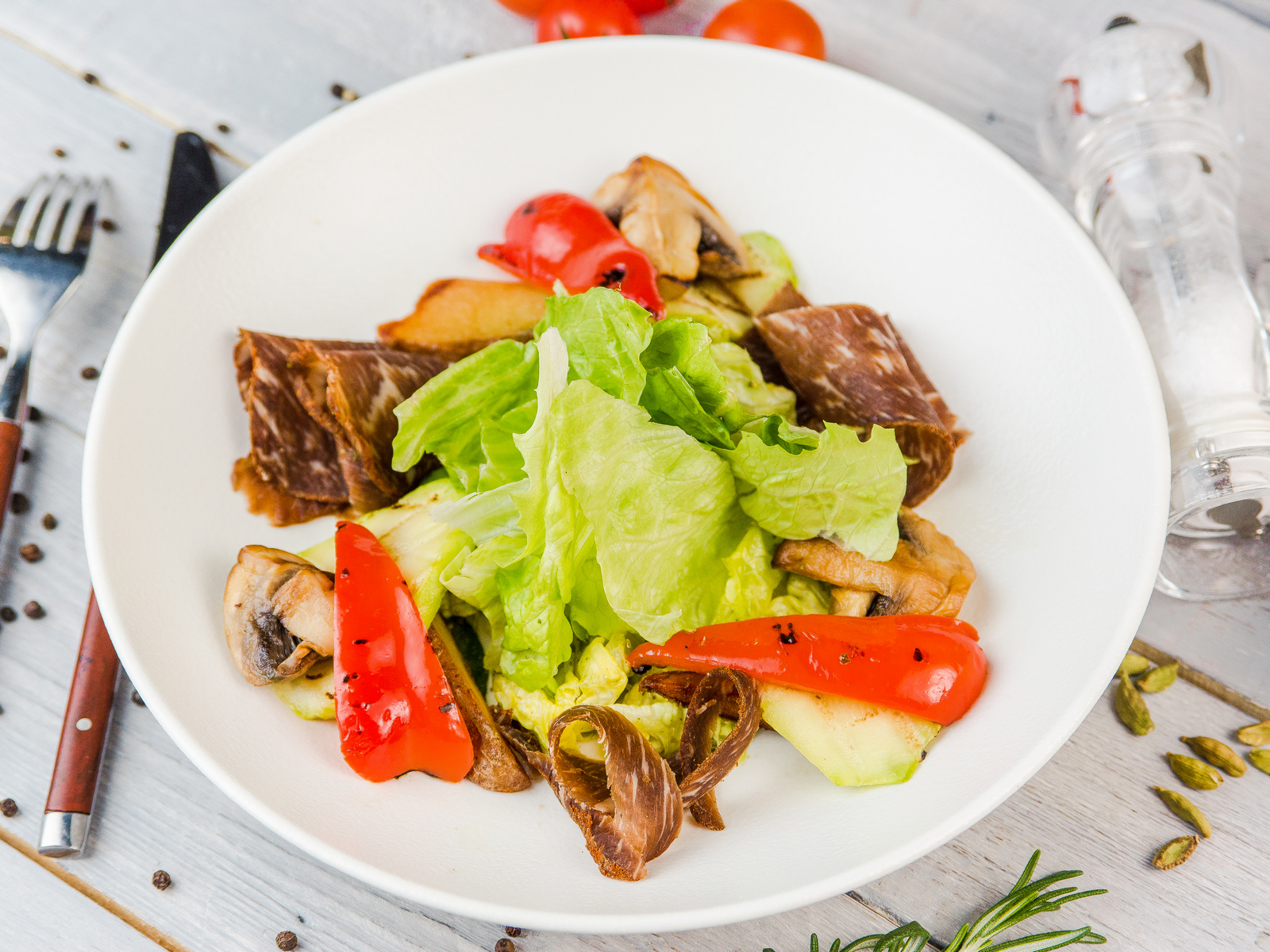 Микс салата с вяленым мясом говядины