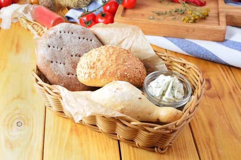 Теплая хлебная корзина с сырным кремом