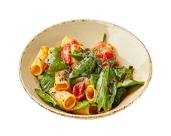 Ригатонни с вялеными томатами, шпинатом и землей из маслин