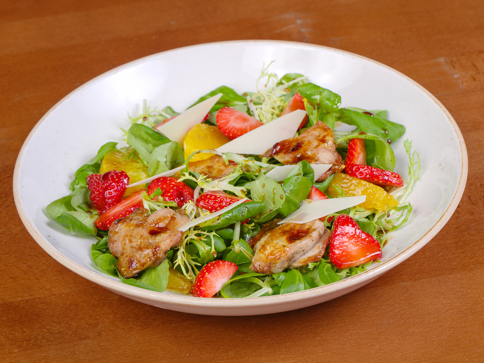 Салат с перепелкой и черешней