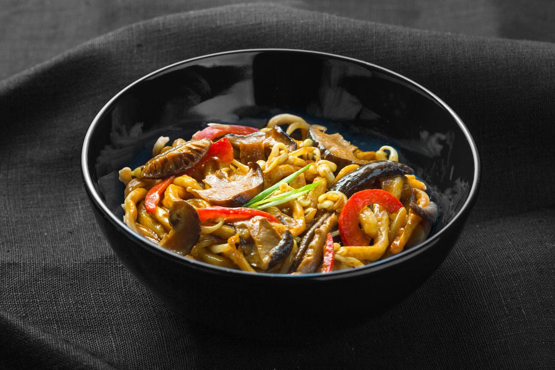 Удон с грибами в устричном соусе