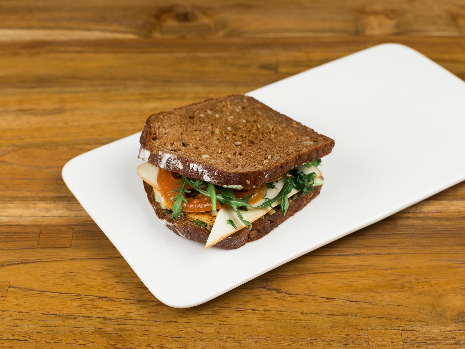Сэндвич с курицей на медовом хлебе