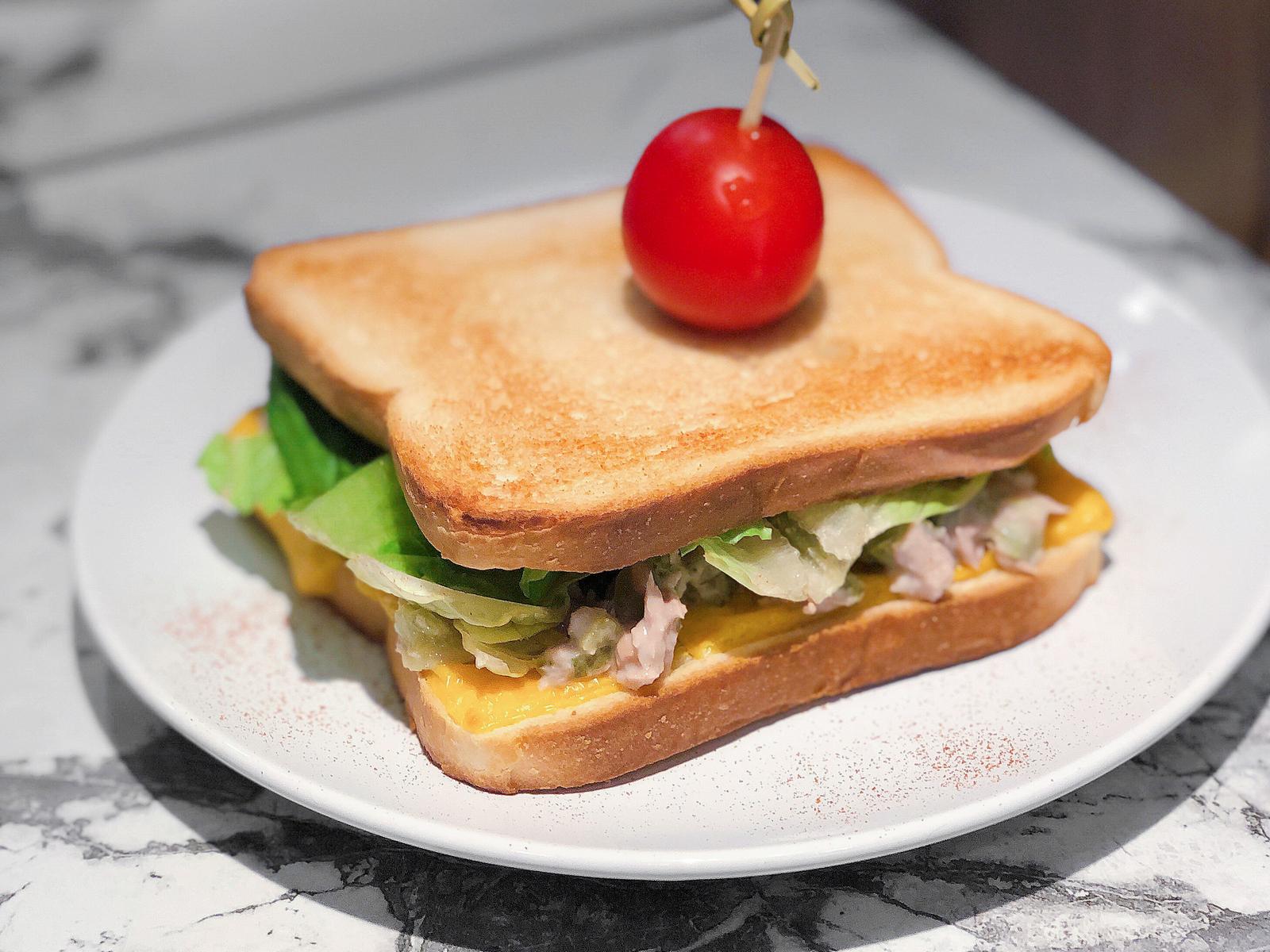 Сэндвич с тунцом и корнишонами