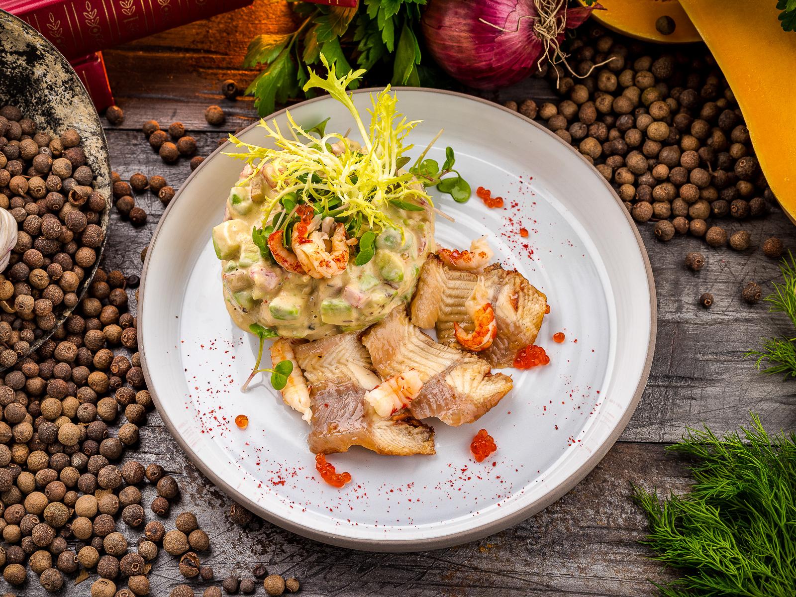 Салат с копченым угрем, авокадо и креветками