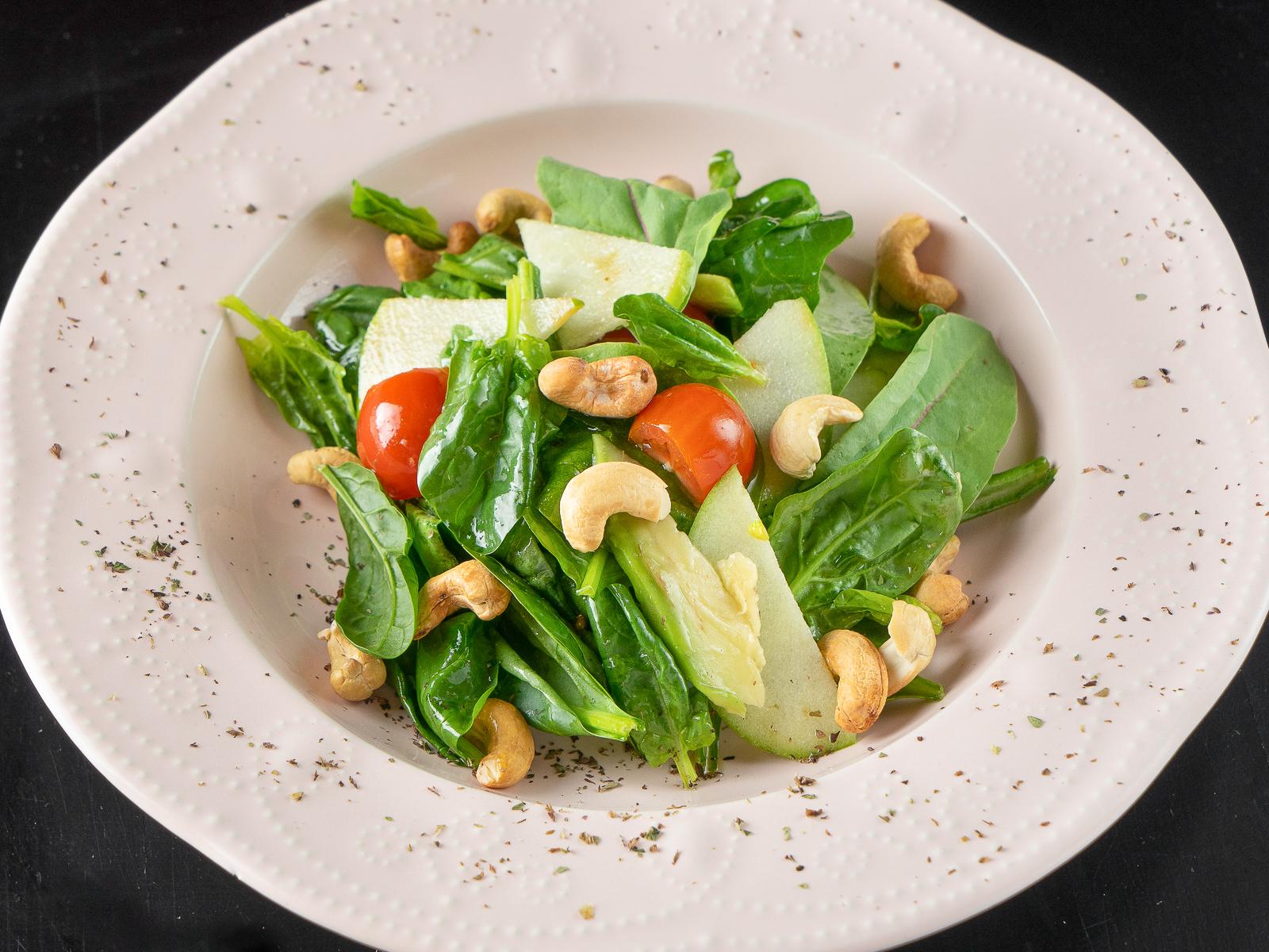 Легкий салат со шпинатом