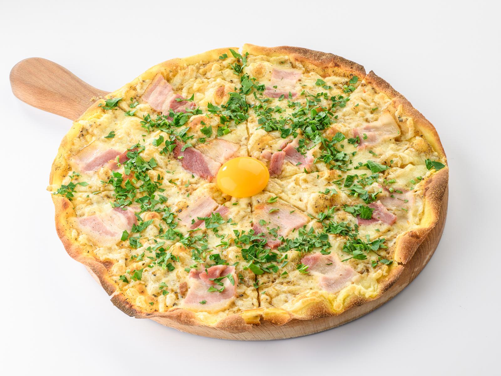 Пицца с копченым беконом и перечным соусом