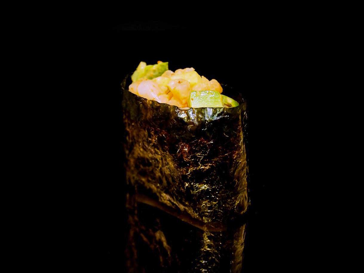 Спайс суши с креветкой и авокадо