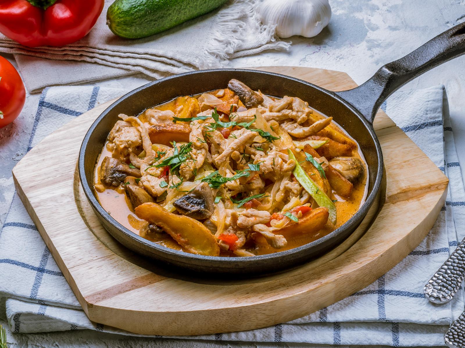 Горячая сковородочка с курицей и овощами